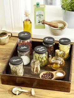 Gewürze dürfen in einer gut sortierten Küche nicht fehlen. Damit die kleinen Tütchen nicht überall rumfliegen, haben hier zwei DIY-Ideen für Gewürzaufbewahrung.