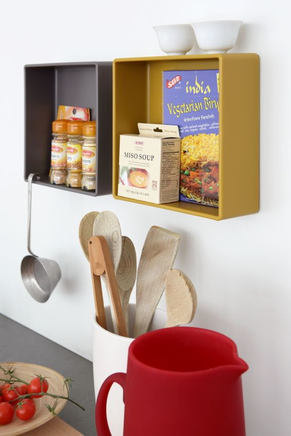 Bocs - contenitore adesivo da parete che tra le altre funzioni, può essere utilizzato in cucina per appoggiare, spezie, vaschette e altro ancora #geelli #adesivo #cucina #portaoggetti
