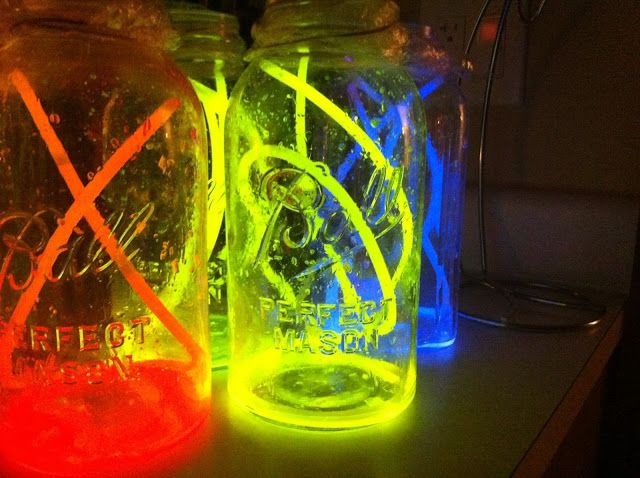 1000 images about glow party ideas on pinterest glow for Glow in the dark centerpiece ideas