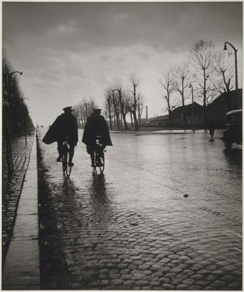 RobertDoisneau - Novembre, les flics et la pluie Epreuve aux sels d'argent, 1944