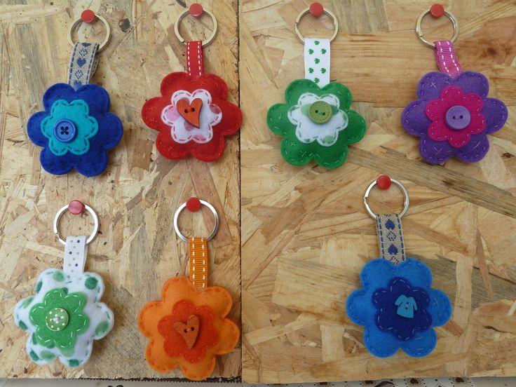 Portachiave a fiore in feltro arricchito da bottoni : Portachiavi di farfilocreando