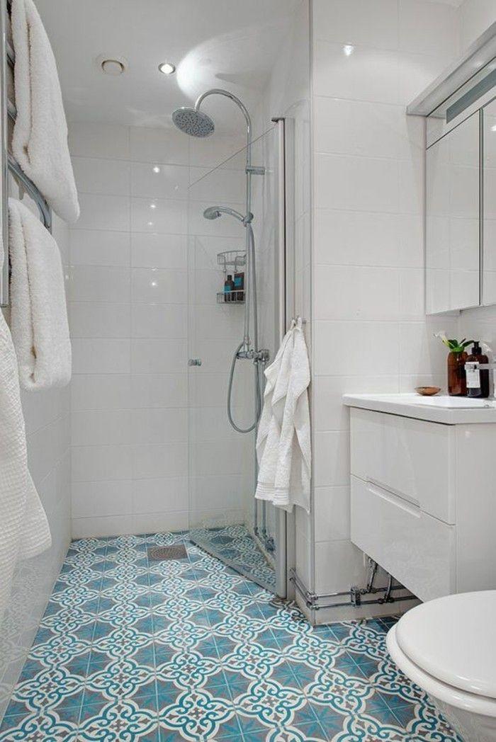 carrelage imitation ciment, salle de bain en bleu et blanc