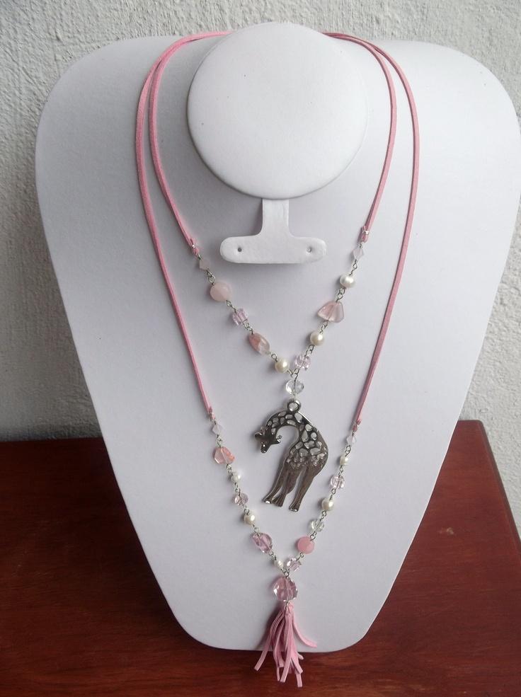 Tierna combinacion rosa, collar doble y dije de jirafa plateado..