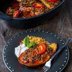Karniyarik- En smarrig turkisk rätt. Aubergine fyllda med en köttfärssås som sedan bakas i ugn med tomatsås. Så gott! Serveras gärna med ris eller bulgur, en klick yoghurt och sallad. Googla Zeinas Kitchen karniyarik så hittar du receptet❤ I inlägget har jag även länkat till recept på vegansk imam bayladi, en annan läcker turkisk rätt som också är fyllda aubergine👌