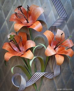 Dazzling Orange Tiger Lily: perfect for summer or fall, this gorgeous paper flower comes with a free printable for easy assembly!