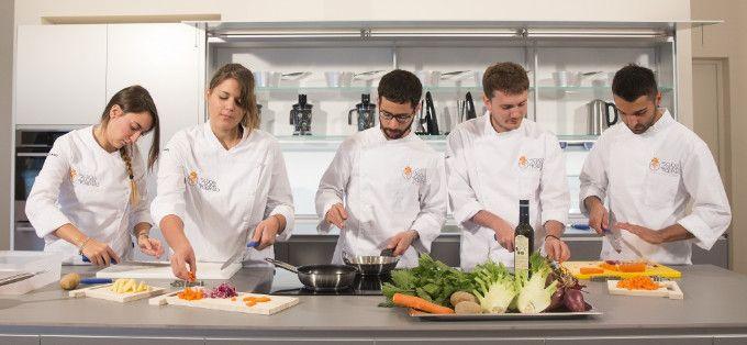 28 Studenti del'Università di Scienze Gastronomiche di Slow Food ospitati nelle aziende del crotonese - L'iniziativa organizzata da Slow Food Crotone e dall'Apz della Calabria con il patrocinio del Gal kroton ha come obiettivo principale la conoscenza del sistema economico agro-rurale crotonese  - http://www.ilcirotano.it/2017/06/28/28-studenti-deluniversita-di-scienze-gastronomiche-di-slow-food-ospitati-nelle-aziende-del-crotonese/