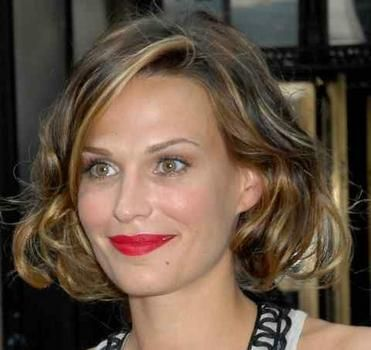 wavy chin length hairstyles | Beauteous Molly Simms shows her short and curly hairstyle