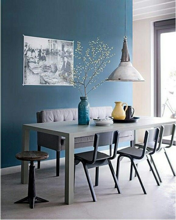 Mur bleu orage et camaïeu de gris pour ambiance détente