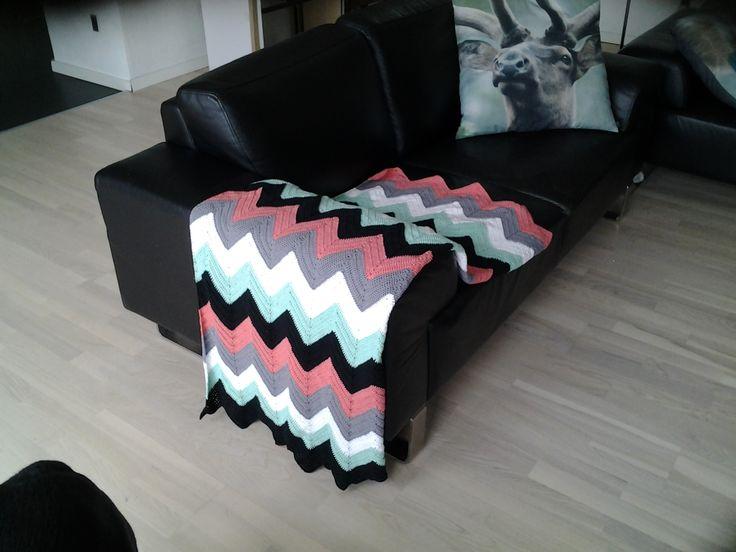 Hæklet tæppe -lidt anderledes end de traditionelle slumretæpper, synes den er blivet helt god. Mønster findes på kreavilla.dk