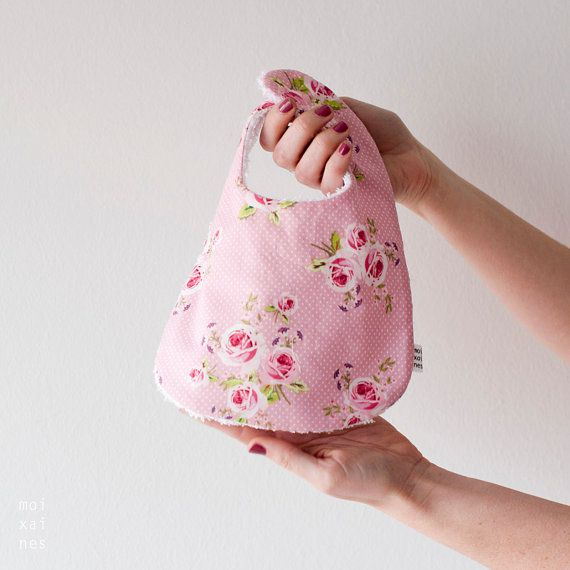 Babero Pink Roses  Babero para niña. Con el verso de por Moixaines, $12.00