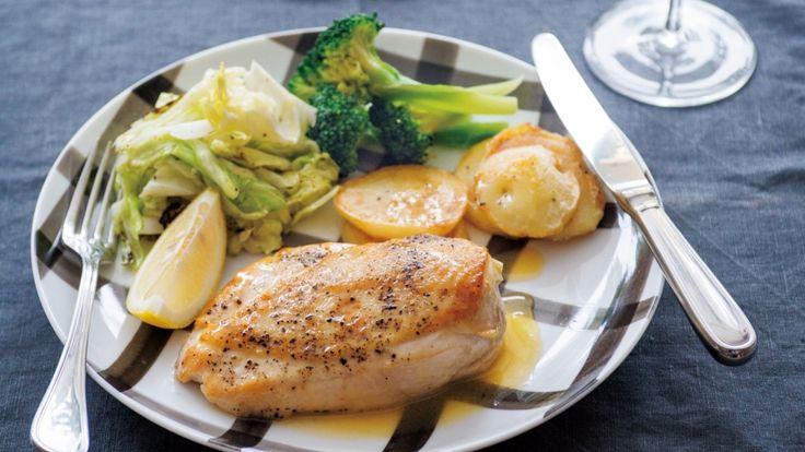 栗原 はるみさんの鶏むね肉を使った「チキンのレモンバターソテー」のレシピページです。あっさりとしたむね肉のソテーに爽やかなレモンの酸味とバターの風味を加えるだけで、レストランのような味に。皮はじっくり焼いて。 材料: 鶏むね肉、レモン汁、じゃがいも、ブロッコリー、キャベツ、レモン、塩、黒こしょう、小麦粉、サラダ油、バター、オリーブ油、こしょう