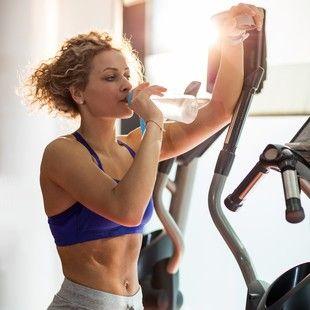 Quer levar uma vida mais saudável? Mudar pequenos hábitos vai ajudar  Fazer 150 minutos de exercícios semanais, beber dois litros de água por dia, incluir vegetais e frutas na dieta, distribuir melhor as refeições e dormir bem são as dicas!