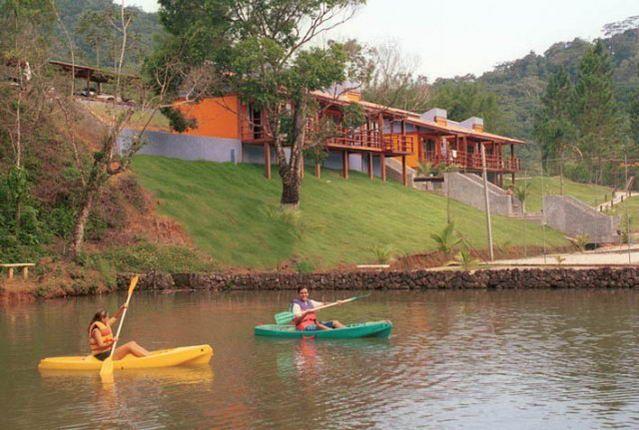 Foto de Pousada Das Cachoeiras em  Ubatuba/SP:  Lago do pedalinho e caique e dos patos