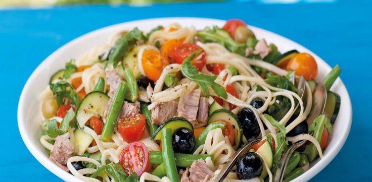 Těstoviny uvařte ve vroucí osolené vodě podle návodu na obalu tak, aby byly al dente neboli na skus. Sceďte je a promíchejte s trochou olivového oleje...