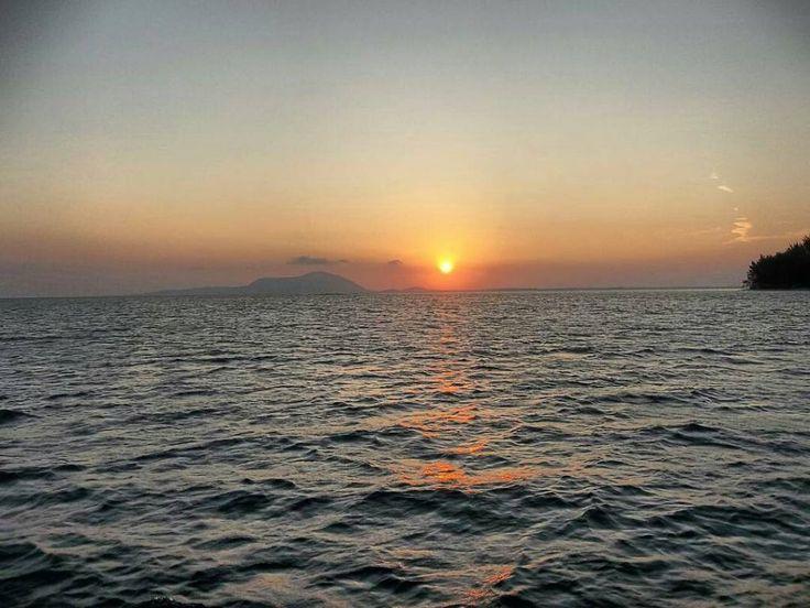 Jika kita naik kapal saat senja pemandangan yang kita dapati adalah sunset…