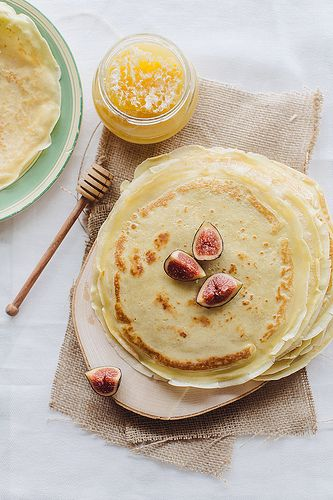 Pancakes with figs and honey