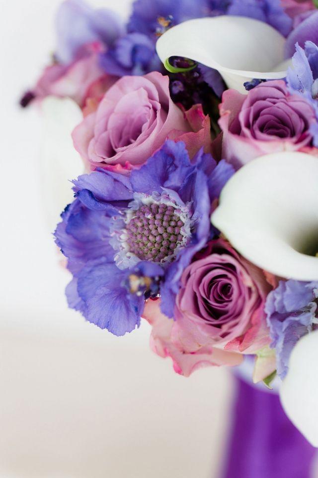 #bruiloft #bloemen #bruidsboeket #paars #roze #wedding #bouquet #purple #pink  Trouwen in het Hilton Hotel in Amsterdam | ThePerfectWedding.nl  | Fotocredit: Anouschka Rokebrand