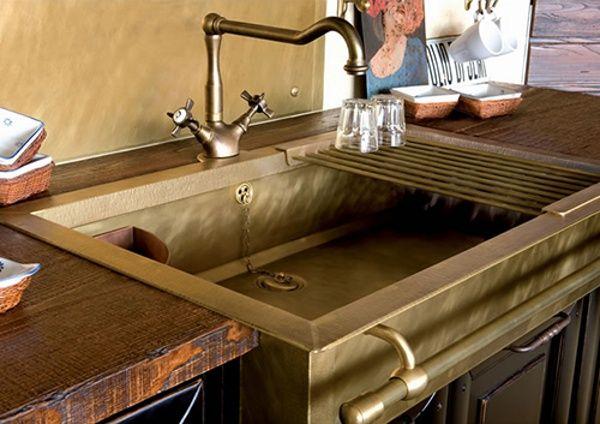 Messing Spüle im Vintage-Style-Wasserhahn an der Spüle montiert