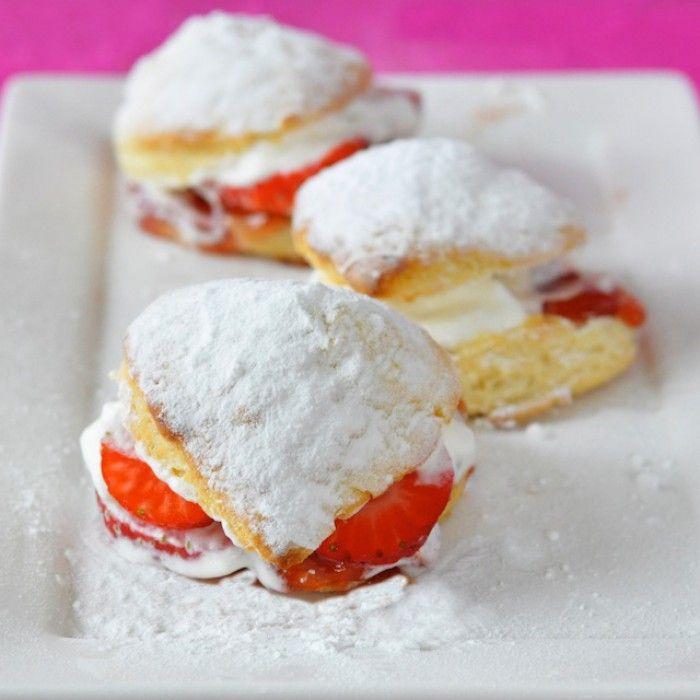 Homemade scones met aardbeien lekker bij thee en koffie