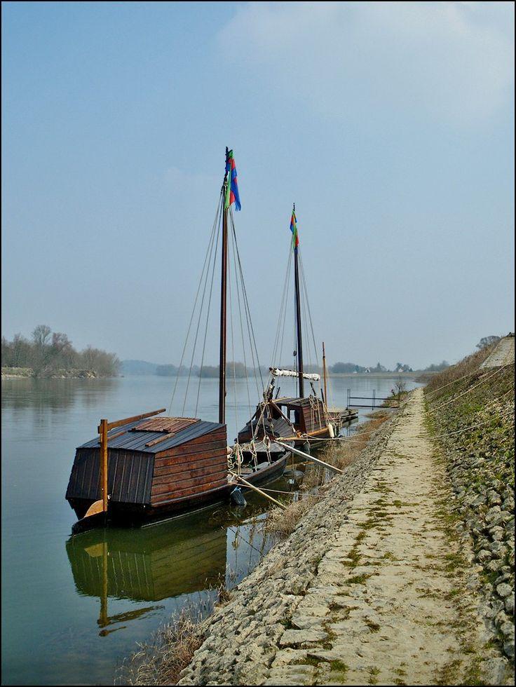 Le petit port de Bréhémont en Touraine. Son port est le dernier en activité en Indre et Loire, il accueille encore des bâteaux de Loire, comme des toues cabanées et gabarres.