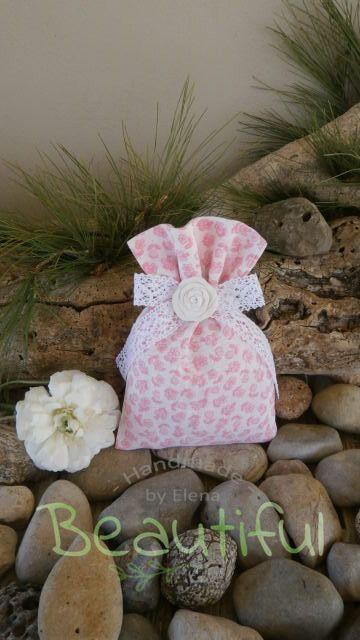 Μπομπονιέρα βάπτισης. Μπομπονιέρα βάπτισης κορίτσι πουγκί, floral με φιόγκο από δαντέλα και αρωματικό τριαντάφυλλο χειροποίητο.