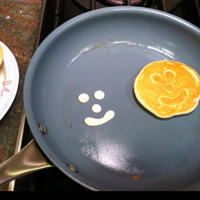 #food Happy Face Pancakes. Kids love 'em! Make the face first. Wait for it to cook a minute. Then pour a normal pancake on top. When you flip it, voila!!