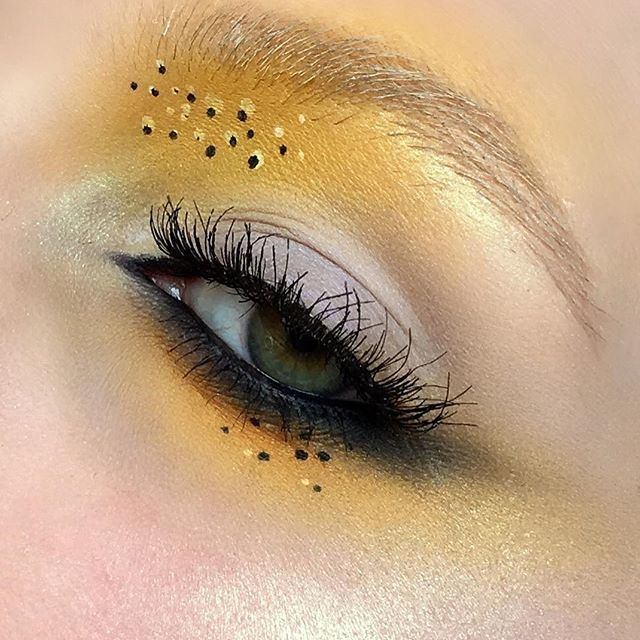 mellow yellow 💛 using: #katvondbeauty ink liner in Neruda, tattoo liner in trooper, jet and silk from metal matte palette and emerald from alchemist palette • #eldorafalseeyelashes in H151 • #maybelline black gel liner • #eyeko wake up and go mascara • #sugarpill butter cupcake shadow • #nyxcosmetics #nyxcosmetics_uk white liquid liner in brows • #undiscovered_muas #motd #beautyblogger #sugarpillcosmetics #yellow #alchemistpalette #katvond #kvdlook #urbandecay #eldora #nyx