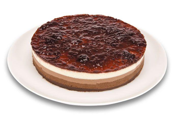 Expresso dos Sabores | Torta Tricolor com Frutas Vermelhas - Base de brownie, três camadas de mousse de chocolate, meio amargo, ao leite e branco, coberto com deliciosa geleia de frutas vermelhas.