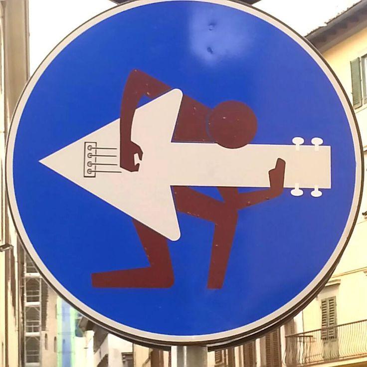 A arte de rua esta ganhando mais espaço pelas ruas da Europa, além dos adesivos, lambes e esculturas. O alvo de Clet Abraham são as placas de ruas, com seu jeito humorado o artista as deixa super d…