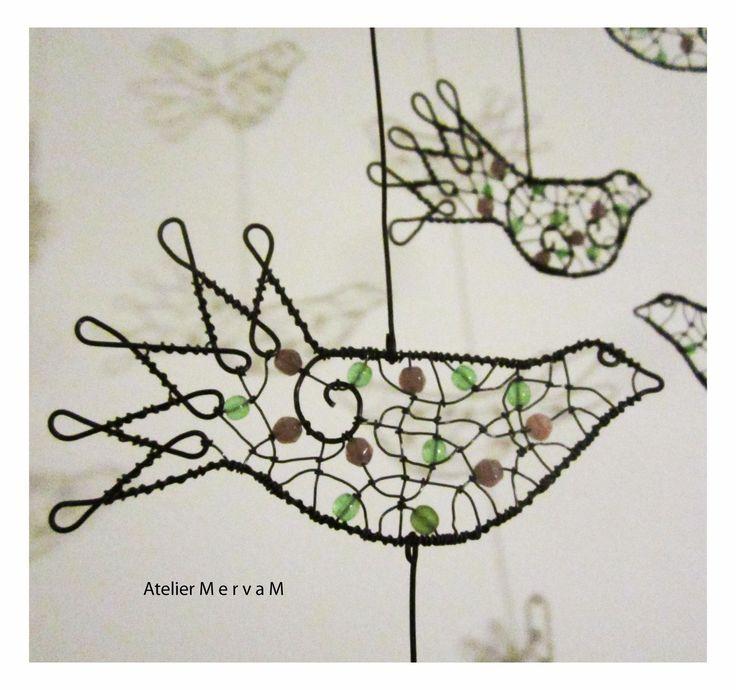 Ptačí+pohupování+ve+větru+-+barevné+Ptačí+závěs+na+dřevěné+větévce.+Ptáčci+jsou+zdobeni+skleněnými+korálky+(fialkové+a+zelené).+Rozměr…