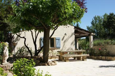 """Villa """" Sigonce"""" (Saint-Antonin du Var) - Luxe vrijstaande villa met privé zwembad. De villa wordt omringd door een fraai aangelegde tuin van ca. 2000m2. Bij het zwembad bevindt zich eenleuke zomerkeuken. Op loopafstand bevindt zich de warme bakker, een kleine supermarkt, de wijncoöperatief. De villa is geschikt voor 6 personen."""