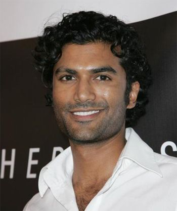 "Too many people think Indian Actors have to be ""light skinned"" to be attractive.  That's obviously ridiculous (as the wife of an Indian man, I find it insulting as well ;_;), and here's the absolutely devastatingly handsome Sendhil Ramamurthy to make my point. <3  That curly hair, and that perfect smile, UNFFFFF.  And his scratchy voice is too sexy for words! <3 <3 <3"