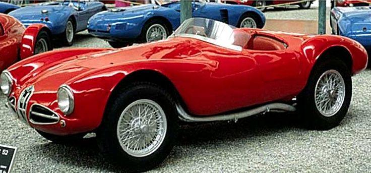 Première création Alfa Romeo de l'après-guerre, la 1900 fonde l'ère moderne de la marque. C'est même elle qui sauve l'entreprise du Portello en traçant la voie, reprise et confirmée par le magnifique succès que connaîtra plus tard la Giulietta.