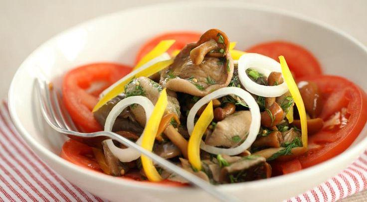 Салат из маринованных грибов с овощами