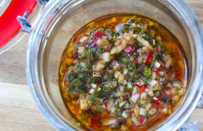 De licht zuur-pittig & kruidige chimichurri uit dit recept bestaat o.a. uit zeer fijn gesneden sjalot, rode peper knoflook en peterselie. Echt een aanrader. Superlekker als BBQ marinade en/of bij een lekker gegrilde steak of rib-eye.www.vertruffelijk.nl