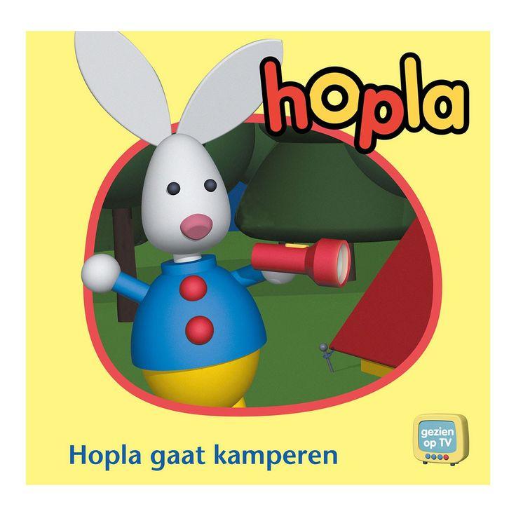 Hopla en zijn vriendjes gaan met de tent kamperen in het bos. Ze spelen met de bal en Hopla zingt een liedje. Dan wordt het tijd om te gaan slapen. Maar midden in de nacht wordt Hopla wakker, hij moet plassen. Wat nu? Afmeting: 21,5 x 21 cm. - Hopla gaat kamperen