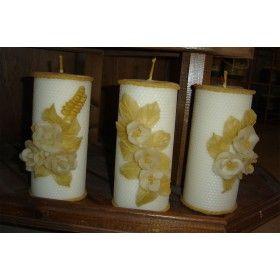 ΚΕΡΙ Το κερί είναι μια λιπαρή ουσία που παράγει η μέλισσα από τους κηρογόνους αδένες που βρίσκονται στην κοιλιά της. Από αυτούς τους αδένες το κερί βγαίνει σε λέπια, που η μέλισσα πιάνει με τα πόδια της, τα φέρνει στο στόμα της και τα πλάθει με τις σιαγόνες της για να σχηματίσει τις κηρήθρες. Για την παραγωγή 1 κιλού κεριού η μέλισσα καταναλώνει 8 κιλά μέλι!