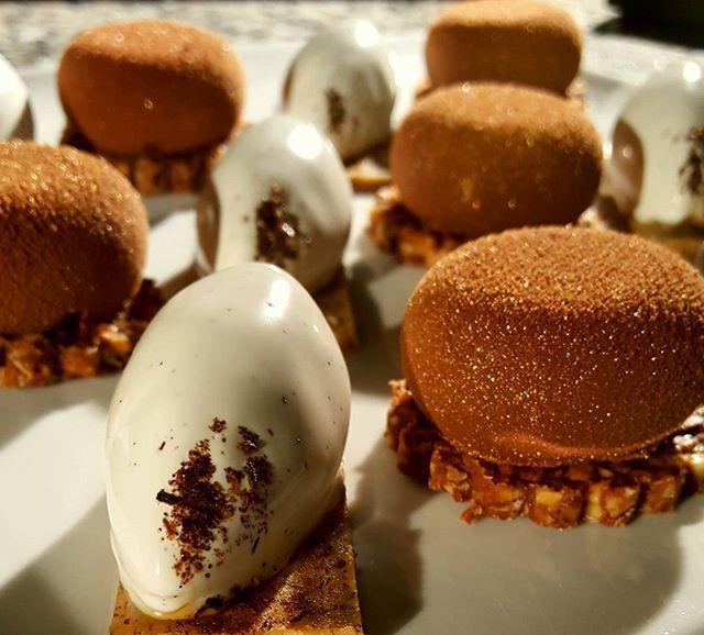 Petites gourmandises, vanille intense et chocolat... Fleur de sel, noisette et céréales. small treats, intense vanilla and chocolate... Fleur de sel, hazelnuts and cereals #conticini #philippeconticini #pâtisserie #desserts #gateaux #cakes #pastry #chocolate #chocolat #gourmandise #noisette #fleurdesel #hazelnut #vanilla #vanille #intense