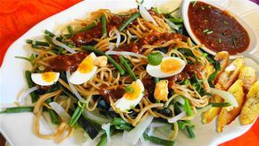 Surinaams eten – Gado Gado Speciaal (5-sterren groentesalade met bami, kip, gebakken banaan en hardgekookte eieren)