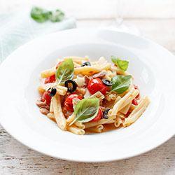 Makaron z tuńczykiem i pomidorkami koktajlowymi | Kwestia Smaku