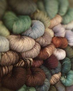 Mooie matte kleuren, zachtgroen en -blauw matchen goed met bruin en warmgrijs.