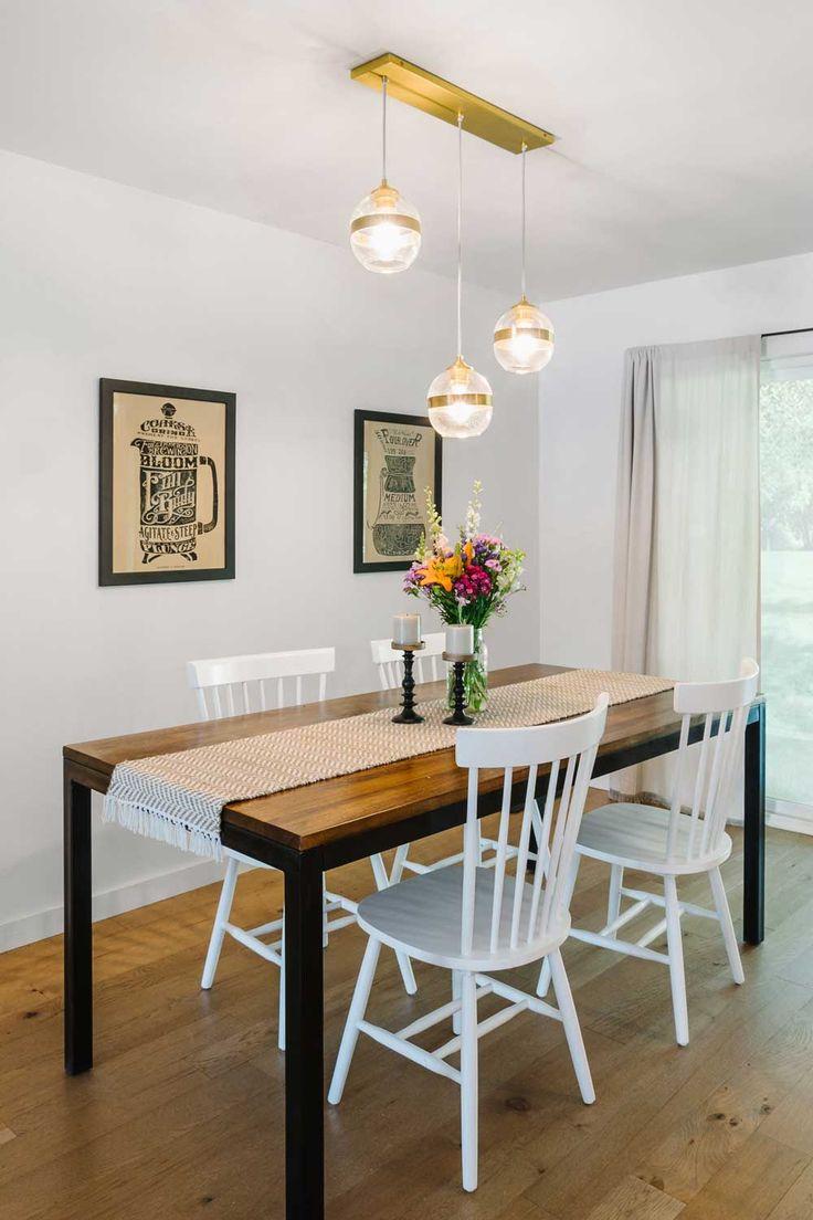 Drewniany stół z białymi krzesłami i złote dodatki do jadalni