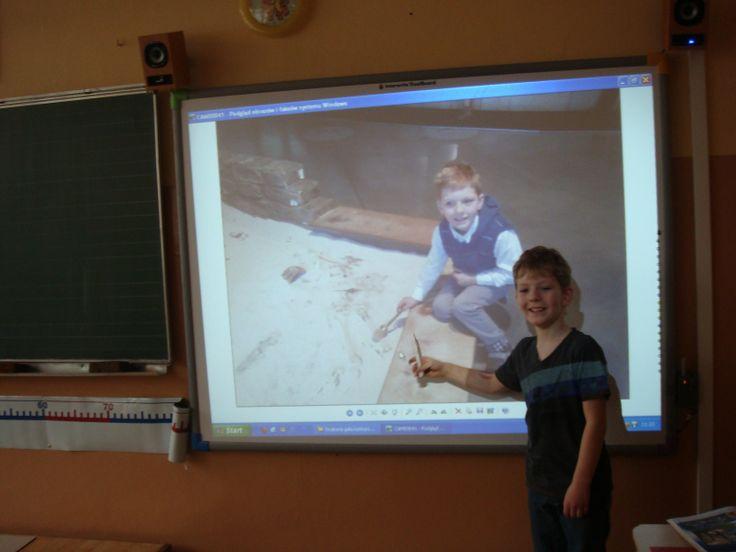 Dzisiejsza lekcja była super! :) Mówiliśmy o miejscach, które warto zwiedzić. Każdy z nas przedstawił ulubione miejsce.  DSC02845Dla mnie była to szczególnie fascynująca lekcja, ponieważ za pomocą tablicy interaktywnej mogłem pokazać klasie zdjęcia z Centrum Nauki Kopernik w Warszawie, które miałem okazję odwiedzić. Opowiadałem też o ekspozycjach jakie moim zdaniem są tam najciekawsze.