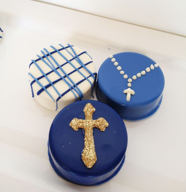 First communion chocolate covered Oreos by Sugar and Spiked.  #sugarandspiked #chocolatecoveredoreos #oreos
