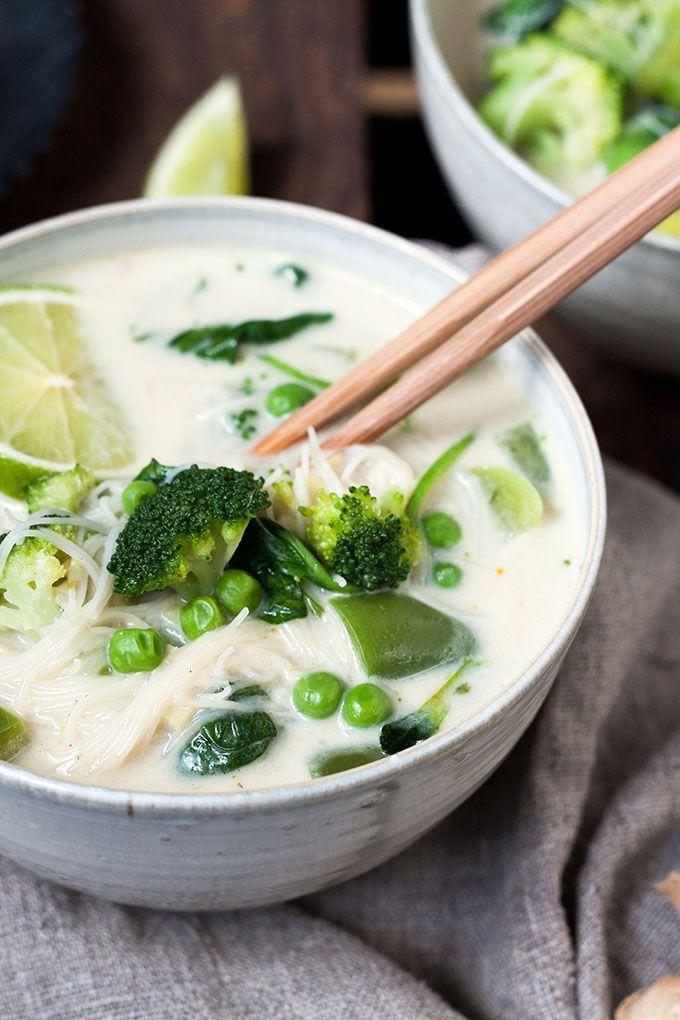20-Minuten Thai Green Curry Soup. Dieses 10-Zutaten Rezept ist herzhaft, würzig und schnell gemacht. Das perfekte, dampfende Soulfood nach einem langen Tag - kochkarussell.com (More Minutes)