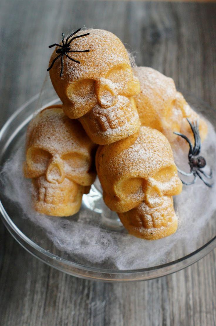 Confetin Halloweenblogi: Pääkallo -kakkuset http://confetinhalloweenblogi.blogspot.fi/2014/10/paakallo-kakkuset.html?utm_source=Pinterest&utm_medium=Wallpost&utm_content=p%C3%A4%C3%A4kallokakkuset&utm_campaign=PIN-2015