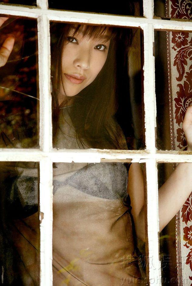 ちょっとレトロな窓枠から覗く椎名法子