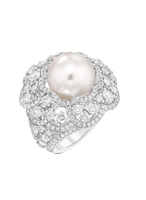 La bague Camélia Exquis de Chanel haute joaillerie en or blanc, serti de 230 diamants et d'une perle de culture d'Indonésie http://www.vogue.fr/joaillerie/le-bijou-du-jour/diaporama/la-bague-constellation-du-lion-de-chanel-haute-joaillerie/18768/carrousel#la-bague-camlia-exquis-de-chanel-haute-joaillerie-en-or-blanc-serti-de-230-diamants-et-dune-perle-de-culture-dindonsie