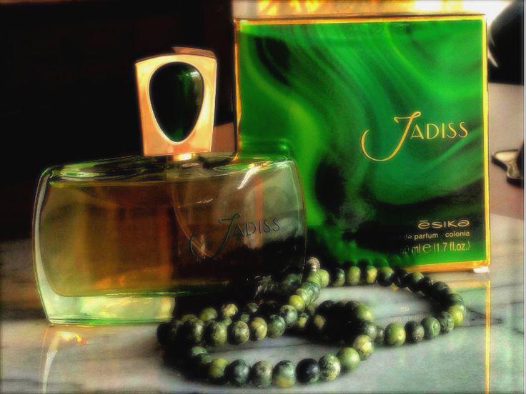 JADISS  Ésika crea una leyenda: Jadiss cuya esencia concentra una energía especial, te envuelve en un aura de atracción, con un sutil toque de bergamota y poderosas notas de neroli, magnolia y sándalo. Posee un elegante envase, inspirado en las más exclusivas joyas. Coronado con una tapa que recuerda una mágica gema, es el perfecto guardián de la más poderosa energía líquida, la más preciada posesión de una mujer.