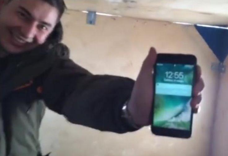 Beim Eisfischen in Russland fiel einem Nutzer sein neues iPhone 7 Plus in ein Loch in der Eisdecke. Da es nicht sofort geborgen werden konnte, musste über Nacht im eisigen Wasser bleiben. Es dauerte 13 Stunden, bis es aus dem 4 Grad Celsius kalten Gewässer gezogen werden konnte.   #apple #ip67 #iphone